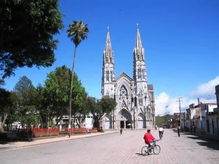 picture of basilica in sandona, nariño where skilled artisan women weave iraca into large woven baskets, hanging mobiles, round placemats, and decorative bowls