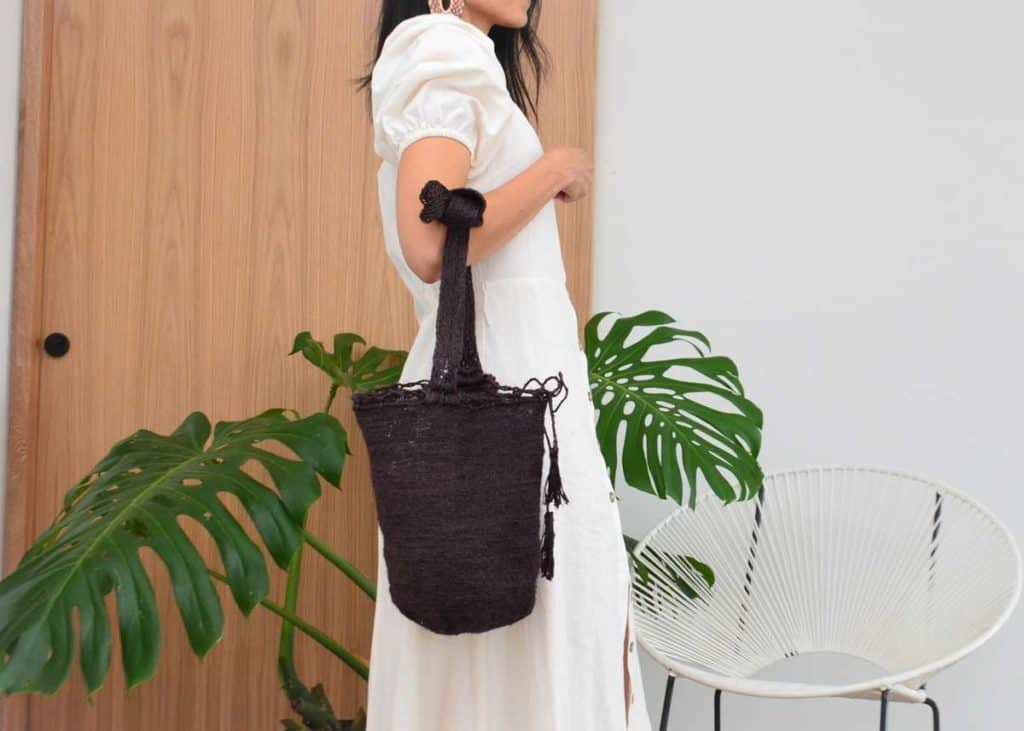 Kiskadee Design Catalogue Image of a Easy boho bag, made by the Kankuamo indigenous tribe Black shoulder bag handmadein Colombia with natural fique fibers
