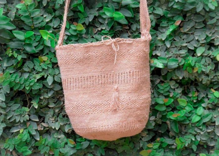 Kiskadee Design Close Up Image of a Easy boho bag, made by the Kankuamo indigenous tribe Pink shoulder bag handmadein Colombia with natural fique fibers